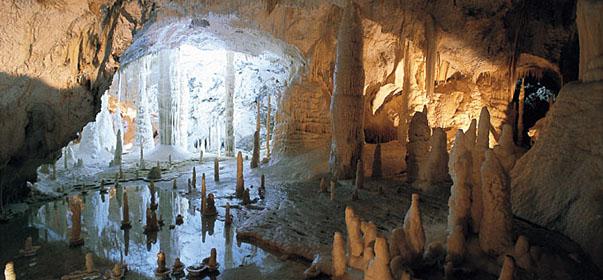 Parco del conero grotte di frasassi e fabriano marche for Quanto costa un uomo in grotta